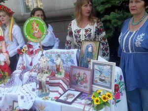 """У Кропивницькому стартувала акція з нагоди Дня вишиванки  - """"Вінок єдності"""" (ФОТО)"""