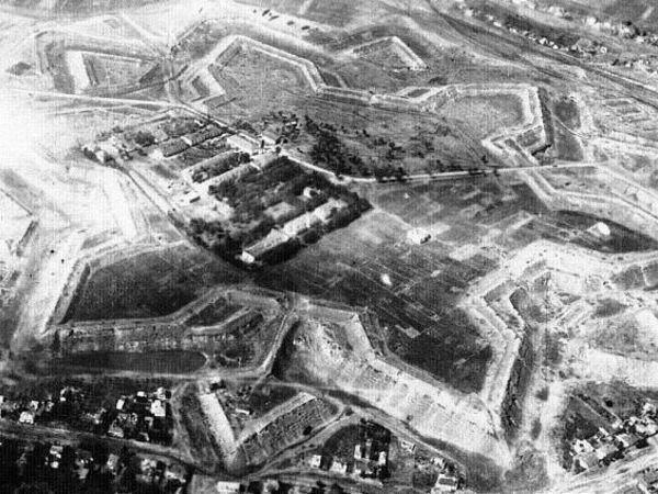 Фортеця з'явилась у місті чи місто — завдяки фортеці?