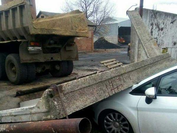 У Кропивницькому на припаркований  автомобіль впала бетонна огорожа