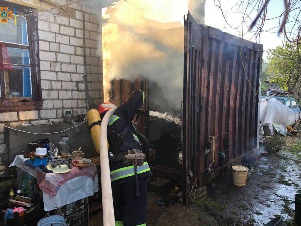 У Новгородці спалахнув металевий контейнер біля будинку