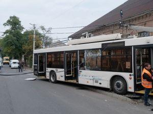Кропивницький: З'явилося відео аварії з тролейбусом з камери спостереження