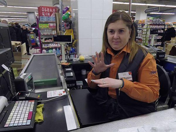 Не вуха чують, а душа... У Кропивницькому на касах супермаркетів працює троє людей, які не чують