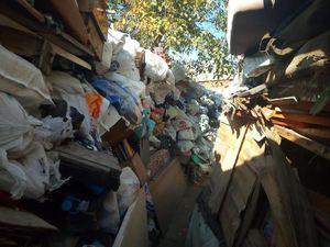 Синдром Плюшкіна: Житель Балашовки назбирав величезні купи сміття на своєму подвір'ї (ВІДЕО)