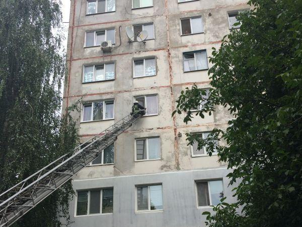 На Волкова рятувальники пробирались до безпорадної бабусі через вікно
