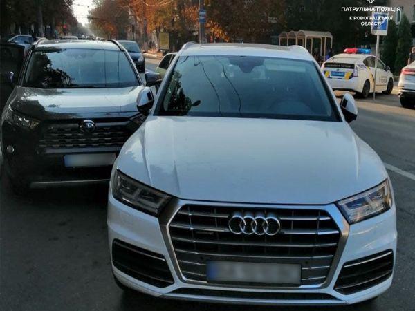 Кропивницький: Біля педуніверситету водійка врізалась в припарковане авто