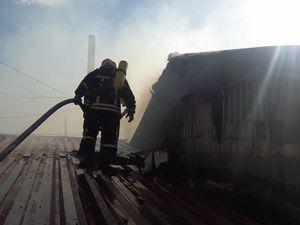 """В мережі з'явилося відео тушіння пожежі з даху ринку """"Босфор"""" (ФОТО.ВІДЕО)"""