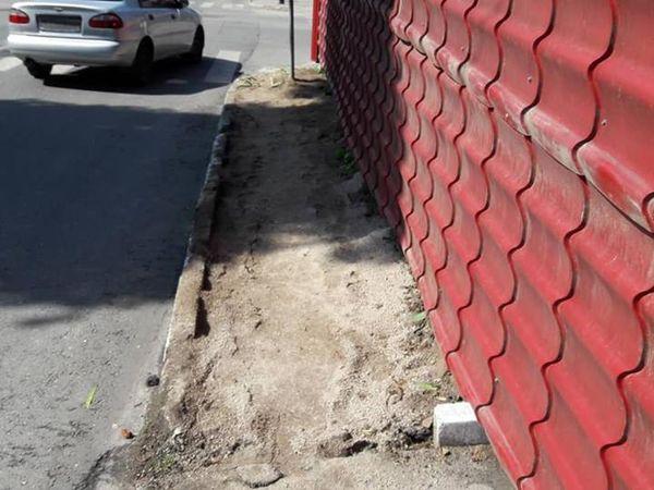 Тротуар в центрі Кропивницького захопила та пошкодила мати колишнього податківця (ФОТО)