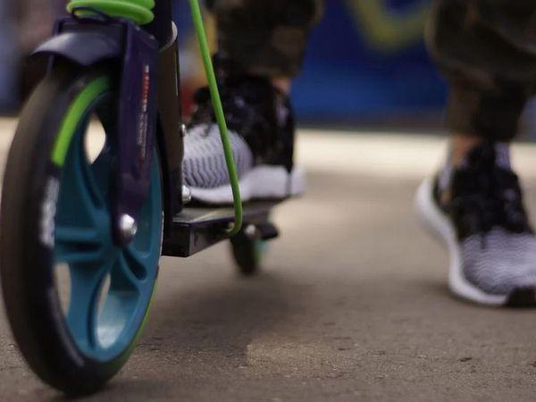 У Кропивницькому хлопчик на самокаті ледве не потрапив під колеса авто (ВІДЕО)