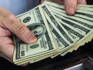 З початку березня українці купили в Приват24 майже стільки ж доларів, скільки й продали