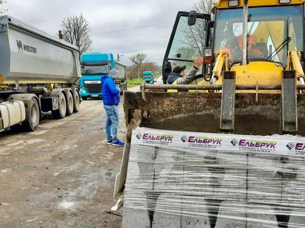 Кіровоградщина: У Новомиргороді ремонтують центральну дорогу