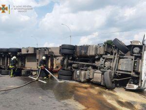 На автодорозі Київ – Одеса біля села Луполове перекинулась вантажівка (ФОТО)