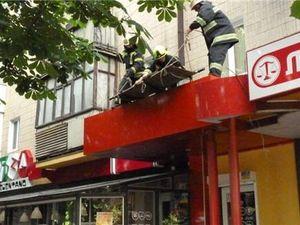 На Кіровоградщині 37-річна жінка випала з вікна на дах піцерії (ВІДЕО, ФОТО)