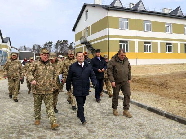 Степан Полторак проінспектував хід будівництва військових гуртожитків на Львівщині