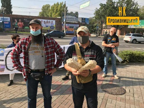 У Кропивницькому активісти передали проросійській партії лапті
