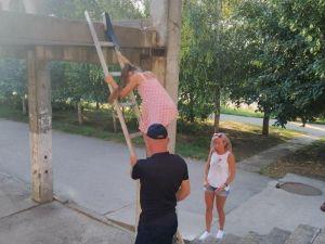 На Кіровоградщині школярка застрягла на бетонній конструкції