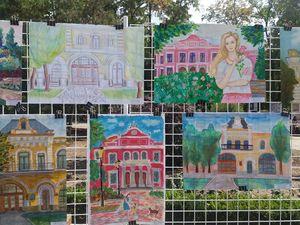 На Театральній площі триває виставка картин із зображенням Кропивницького (ФОТО)