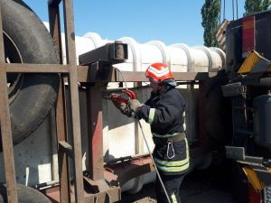 У Кропивницькому районі рятувальники допомогли поставити вантажівку на колеса