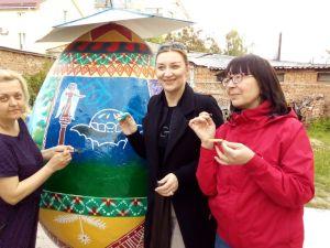 Кропивницькі художниці розмальовують велетенську писанку, яка об'єднає п'ять міст Кіровоградщини (ФОТО, ВІДЕО)
