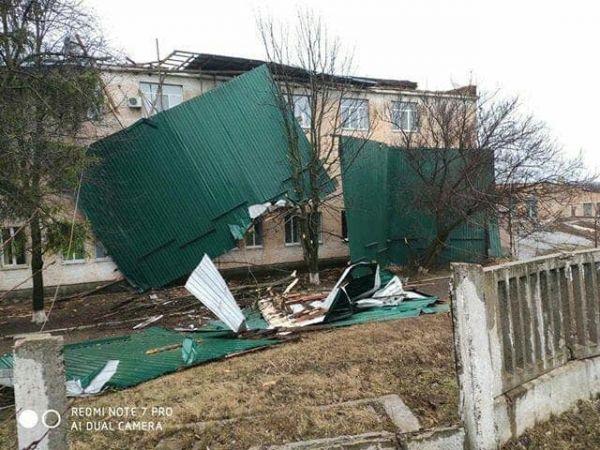 Кіровоградщина: У Голованівську з районної лікарні вітром зірвало дах