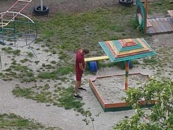 У Кропивницькому сфотографували чоловіка, який мочився в дитячу пісочницю (ФОТО)