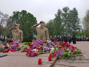 У Кропивницькому поклали квіти до Вічного вогню (ФОТО)