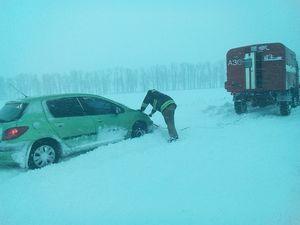 Як на Кіровоградщині рятувальники визволяють автомобілі зі снігового полону (ФОТО)
