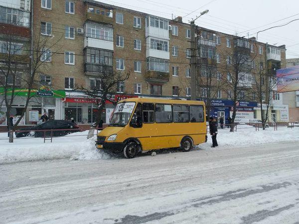 У центрі Кропивницького маршрутка застрягла у снігу (ФОТО)