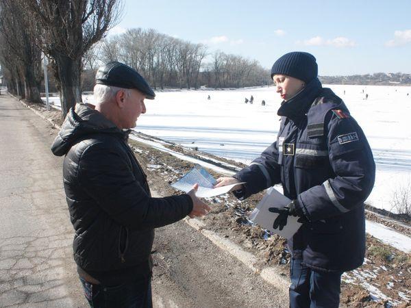 Рятувальники нагадують місцевим рибалкам про обережну поведінку на льоду