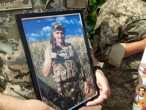 Попрощатися з загиблим військовим Миколою Метлинським прийшло понад 300 містян (ФОТО)