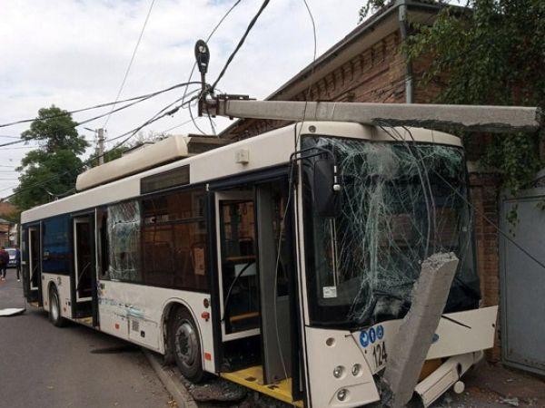 Кропивницький: У аварії на Преображенській постраждав водій тролейбуса (ВІДЕО, ФОТО)