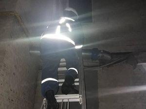 У центрі міста рятувальники вночі відкривали двері квартири, де зачинилася дитина