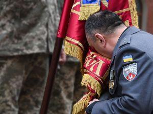 Герой України Олександр Трепак попрощався з бойовим прапором полку (ФОТО)