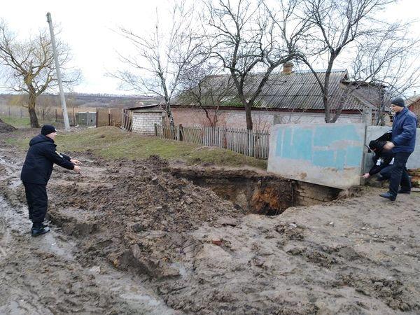 На Кіровоградщині через байдужість селищного голови величезна яма загрожує безпеці жителів Новгородки