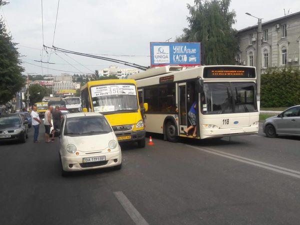 Маршрутка з пасажирами врізалась у легковик (ФОТО)