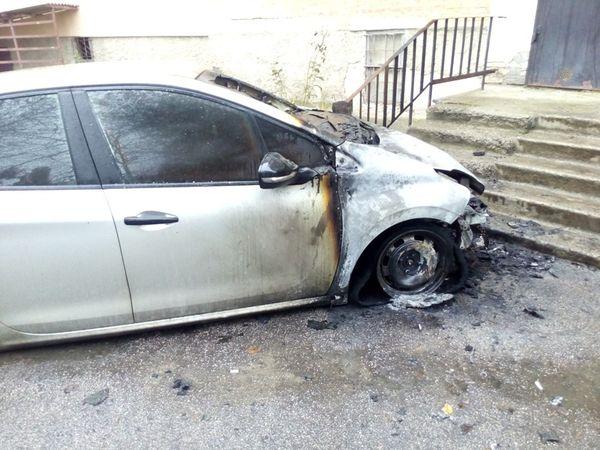 Уночі на Балашівці під вікнами багатоповерхівки згоріла автівка (ФОТО)