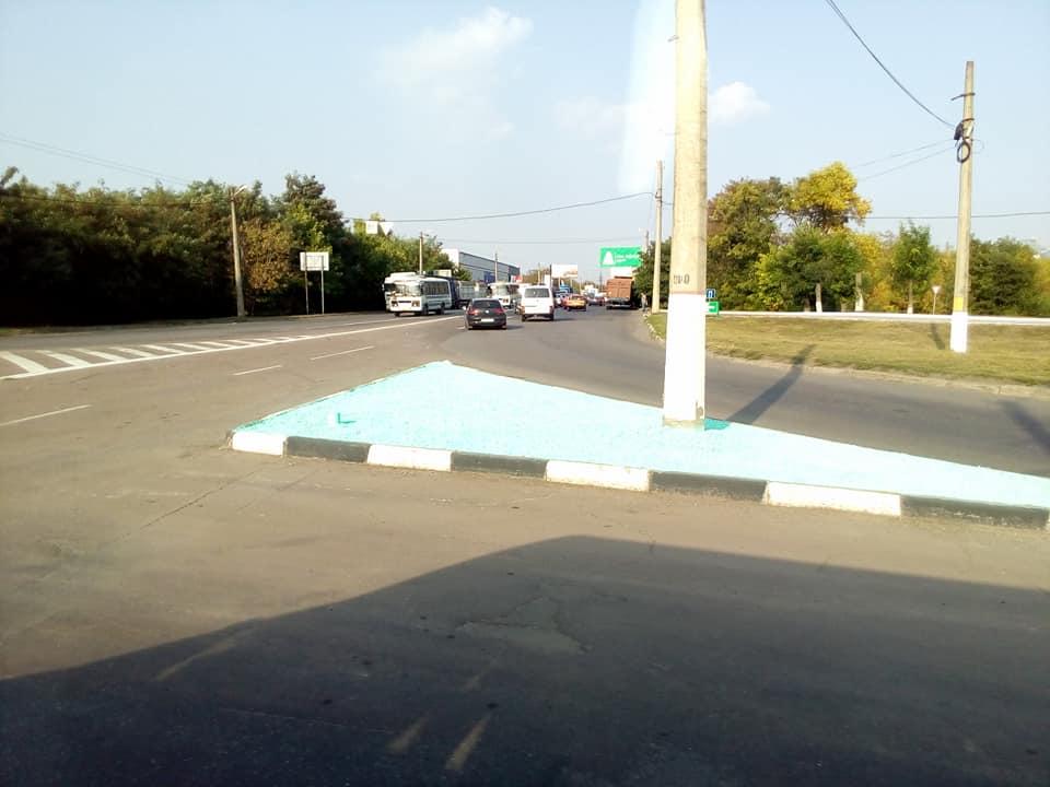 Голубые камешки продолжают путешествовать Кропивницким: теперь на «кольце» возле «Креатива»