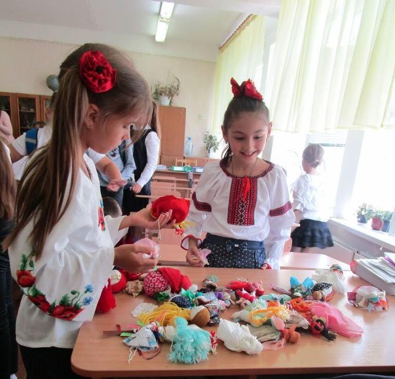 """Діти центру """"Зорецвіт"""" навчалися робити ляльки-мотанки"""
